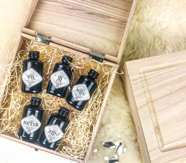 Gin cadeau - gin personaliseren - mini ginflesjes met naam in houten kistje