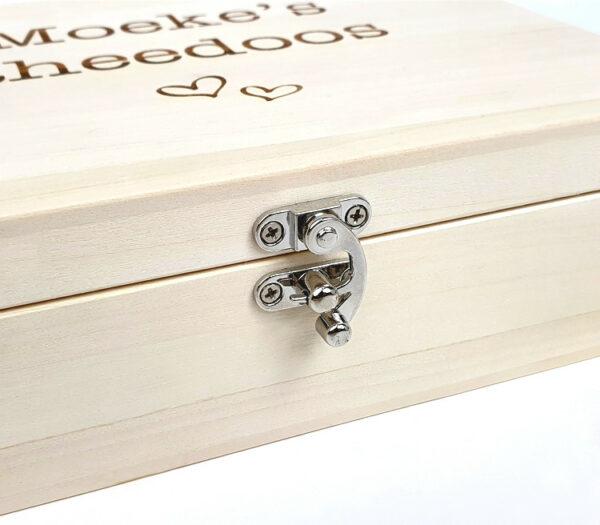 Theedoos met naam in hout als origineel cadeau - Houten theedoos personaliseren met slotje